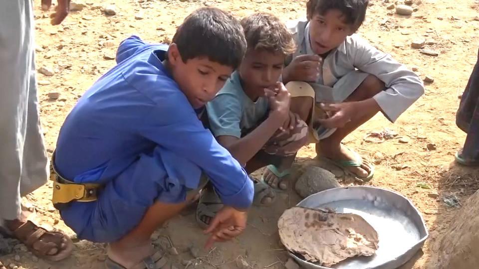 H9 kids eating bread