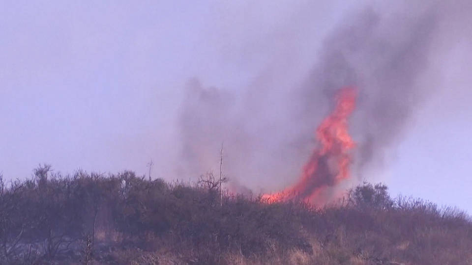 H1 california thousands evacuate fire ravaged winds 60 mph