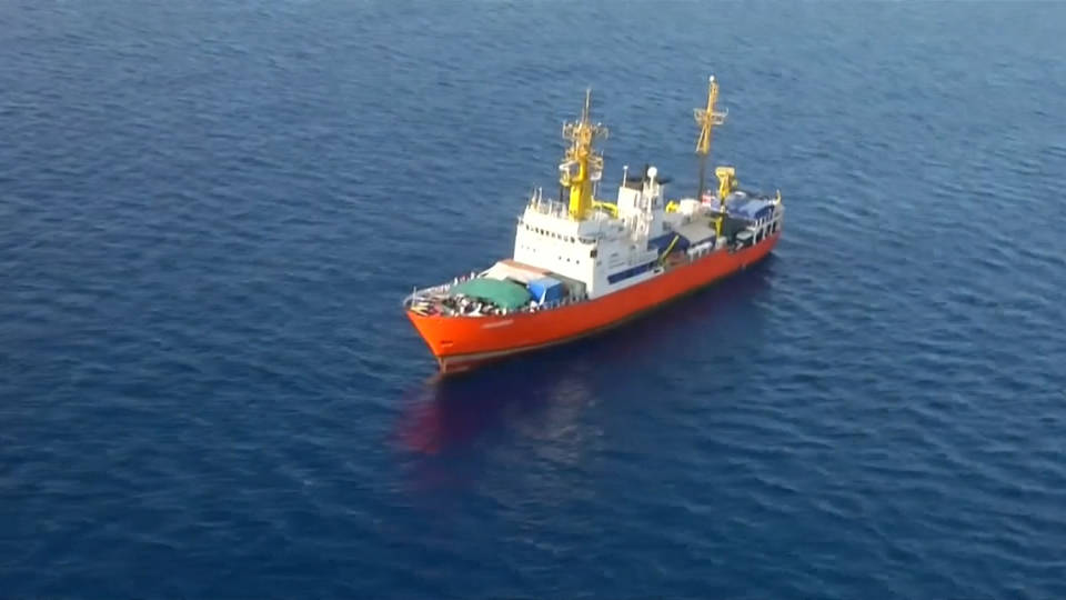 H12 migrant sos boat