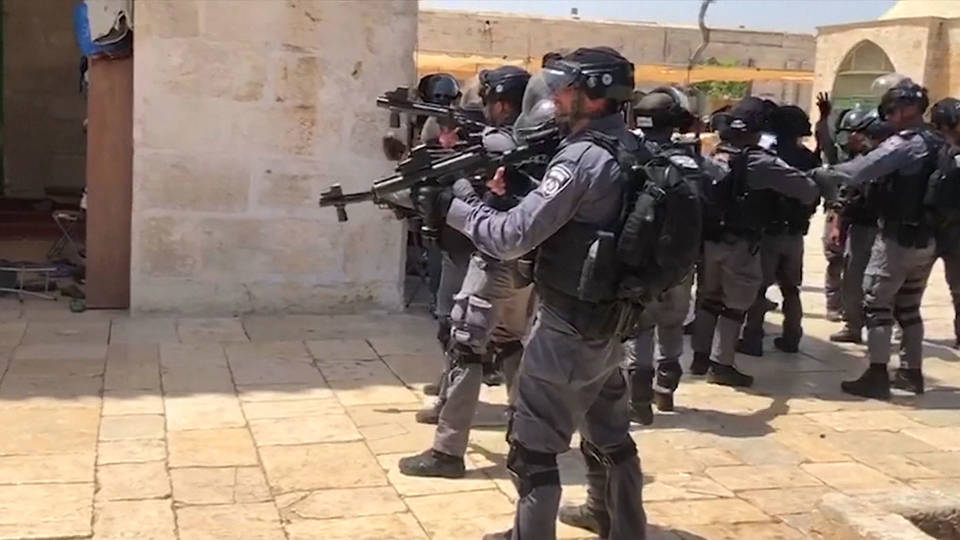 H israeli troops and settlers enter al aqsa mosque0