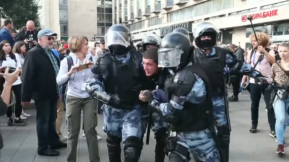 H6 russian police arrest 800 protesters crackdown dissent continues