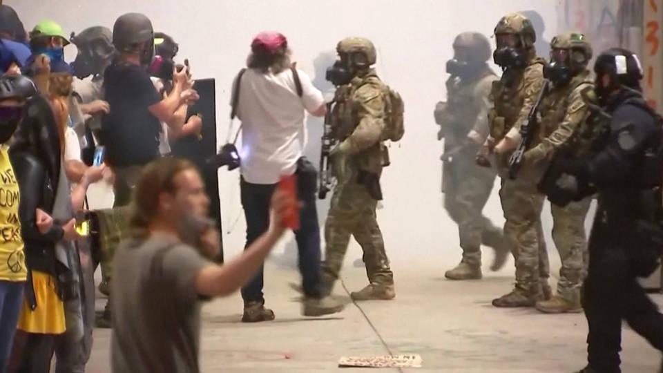 Judge blocks U.S. agents from arresting observers in Portland